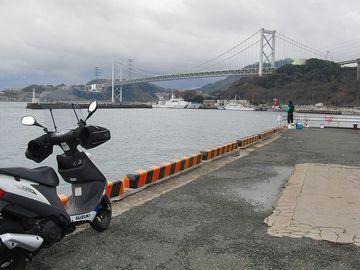 関門橋をバックにアドレスV125